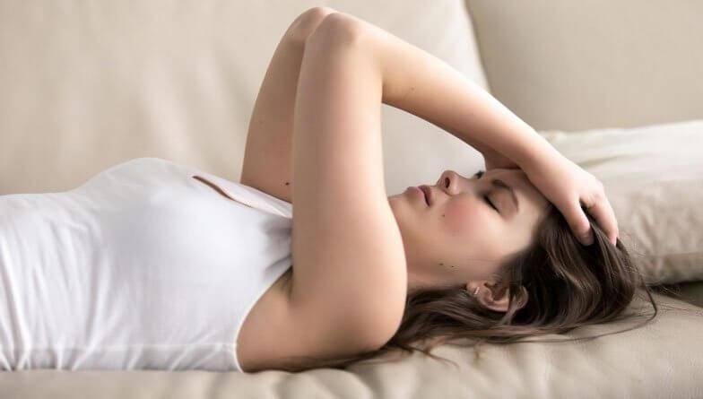 junge Frau leidet unter Migräne